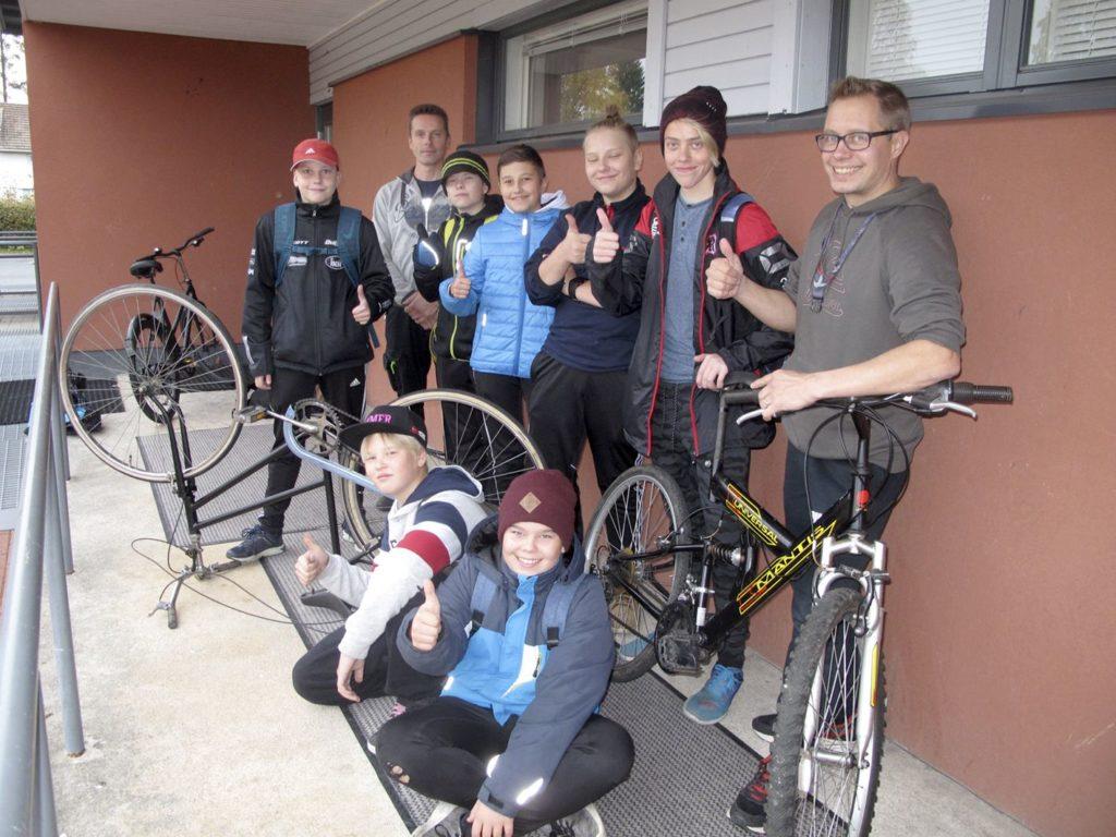 Kurikan yhteiskoulun polkupyörien kierrätysprojekti oli mielekästä puuhaa oppilaille. Kierrätyksen ohessa saatiin oppia myös hyödyllisiä taitoja.