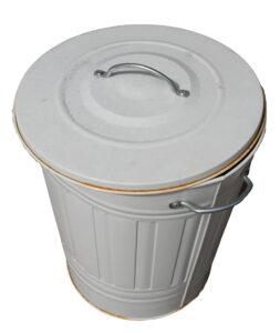 Kannelliset tynnyrit palvelevat jäteastioina.