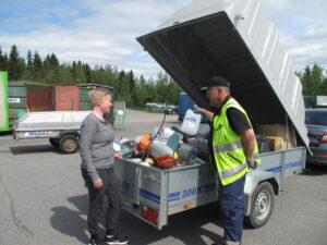 Ähtärin jäteasemalla poikkesi tempauspäivänä myös Sanni Laitila, jolla oli tuomisinaan muovikanisteri poikineen. Jäteasemanhoitaja Tauno Lampinen auttoi purku-urakassa.