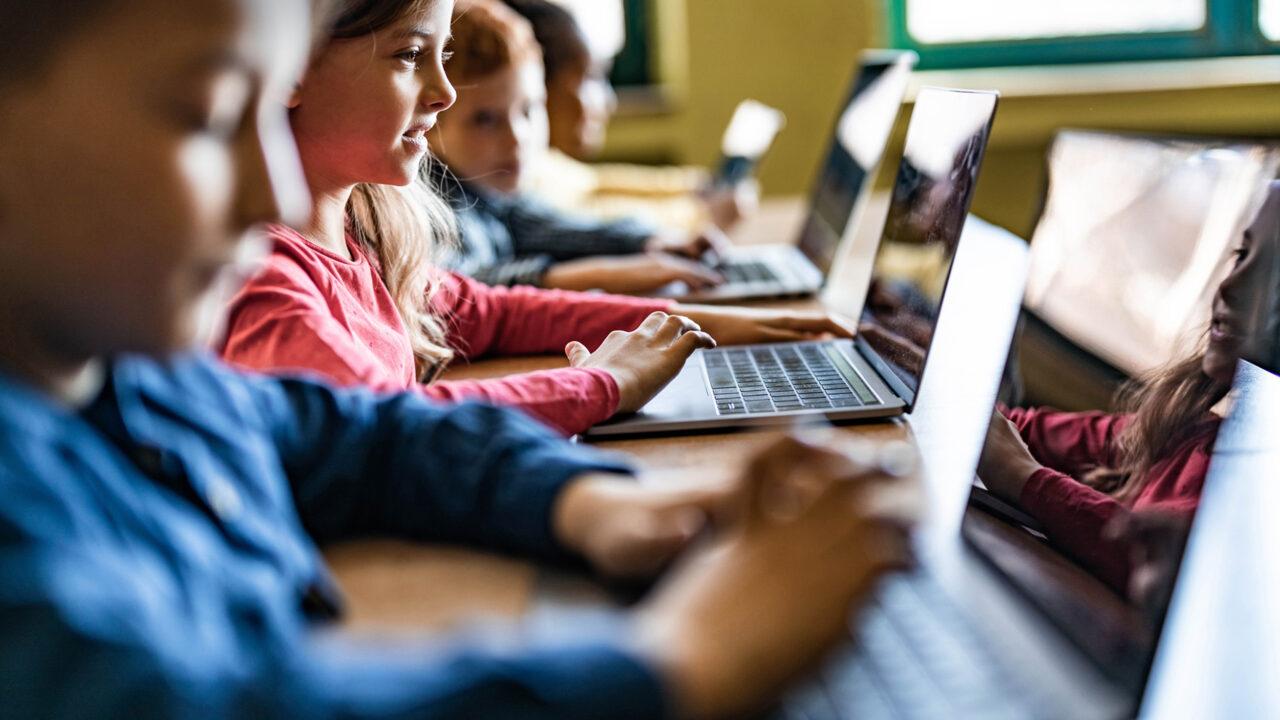 lapset tietokoneella